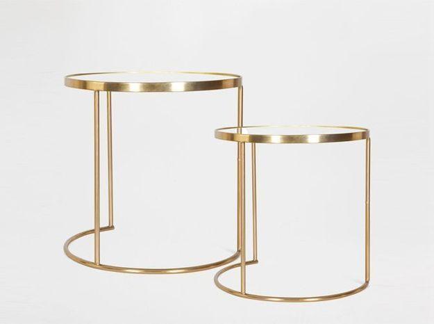 Des tables gigognes avec structure en laiton