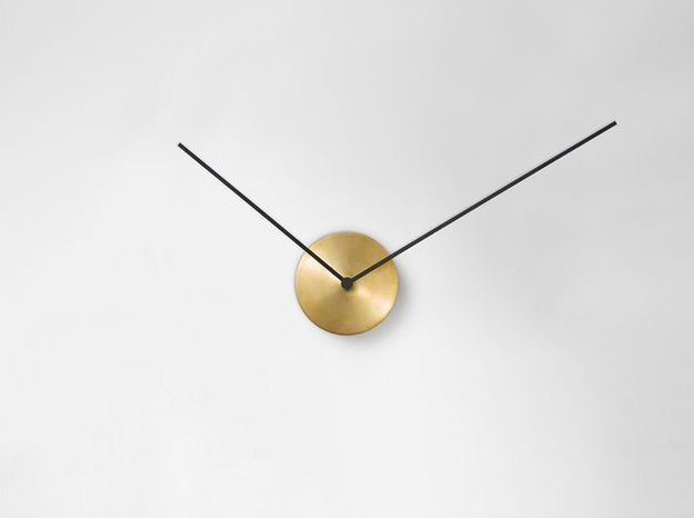 Une horloge minimaliste en laiton