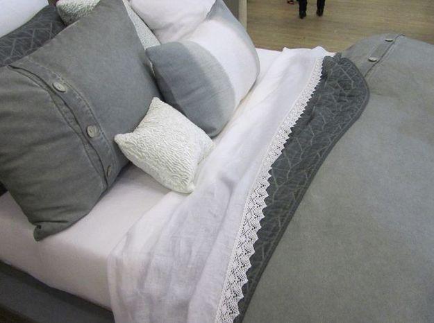 Le linge de lit gris