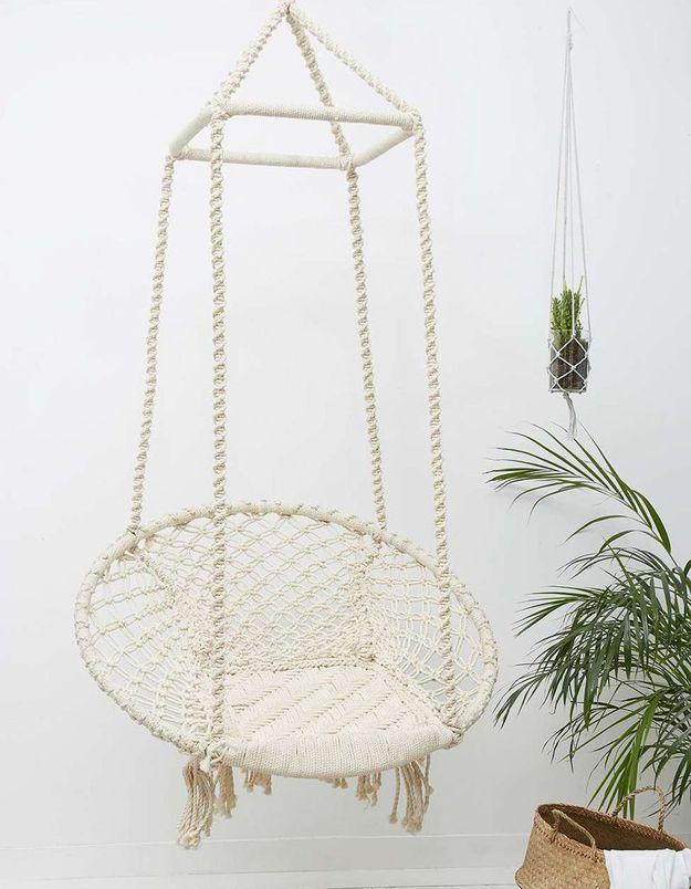 Une balancelle en coton et bambou pour une déco bohème