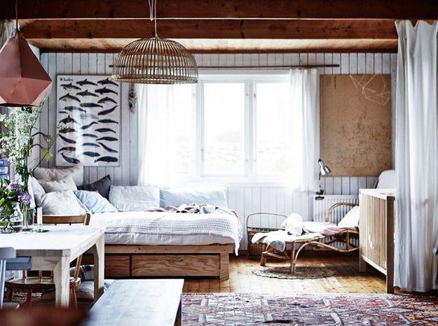 Des meubles, un parquet, du lambris et un plafond en bois, accompagnés de pièces en rotin, pour un style cabane