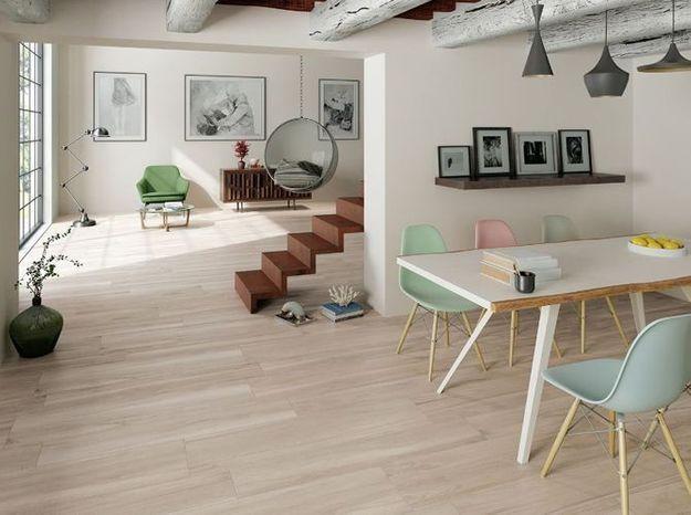 Des poutres, du parquet et des meubles en bois, le tout accompagné d'une déco design, pour un mix & match de styles réussi