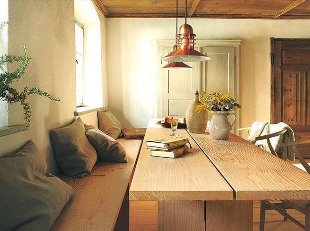 D'anciennes armoires, un plafond et un parquet en bois pour un effet maison de campagne