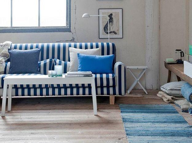 Du parquet, un vieux banc et des poutres en bois, le tout boosté par une déco bleue, pour un effet bord de mer