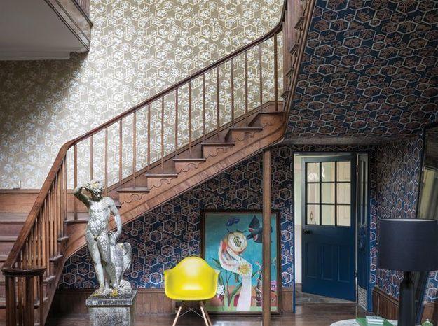 Un imposant escalier et de larges plinthes en bois pour un effet majestueux