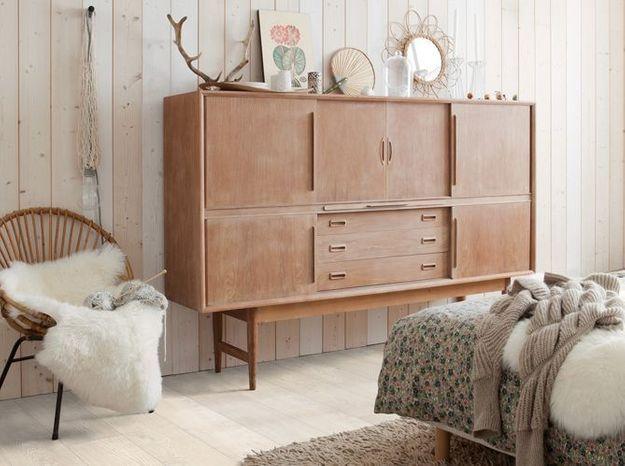 Un mur et une commande en bois brut, le tout accompagné d'un parquet pour un style chalet