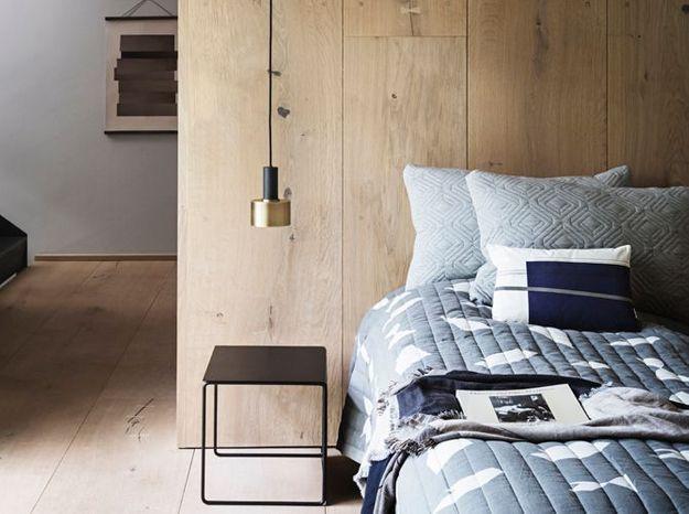 Une cloison composée du même bois que le parquet, mêlés à de la déco minimaliste, pour un style scandinave