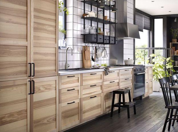 Une cuisine en bois clair associée à un parquet et à du mobilier en bois noir pour un rendu campagne chic