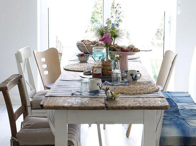 Une table et des chaises dépareillées pour un melting-pot de bois 100% réussi