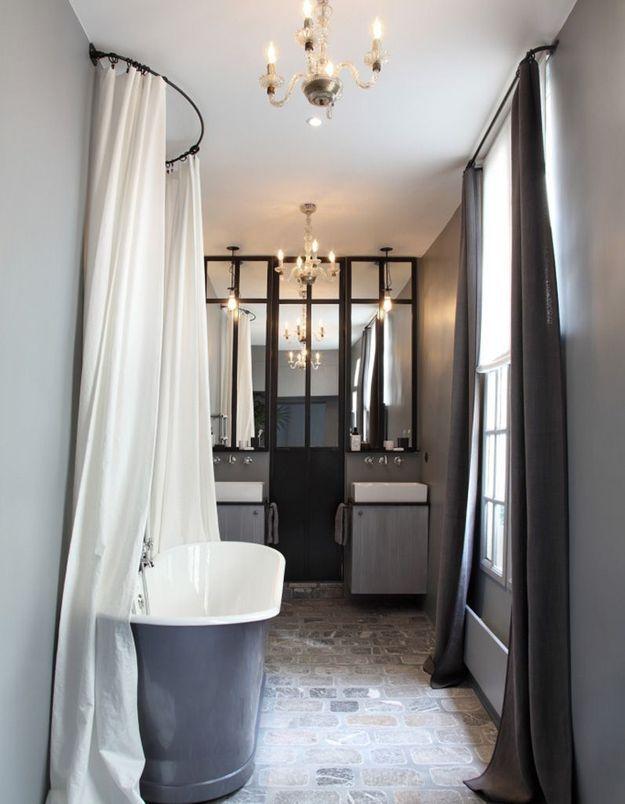 Une salle de bains grise pleine de charme