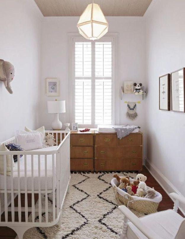 Une chambre de bébé blanche