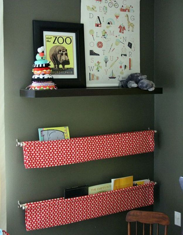 Des livres pour enfants dans des étagères murales faites de tringles et de tissu à motif