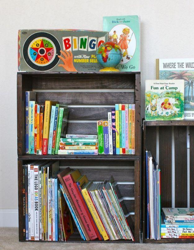 Des livres pour enfants rangés dans des caisses en bois