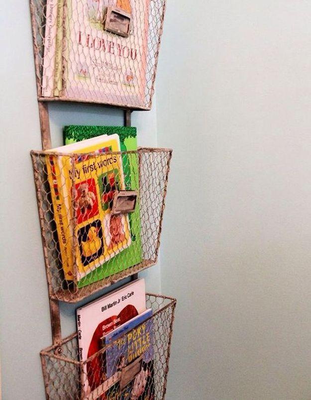 Des livres pour enfants rangés dans des panières cuivrées