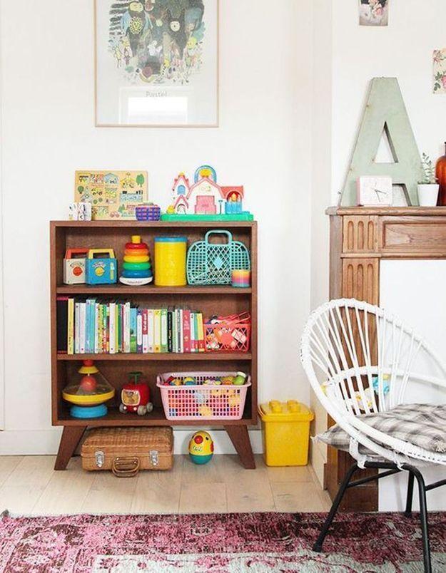 Des livres pour enfants rangés dans une commode sans tiroirs