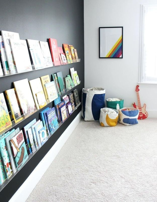 Des livres pour enfants rangés sur des étagères en plexiglas
