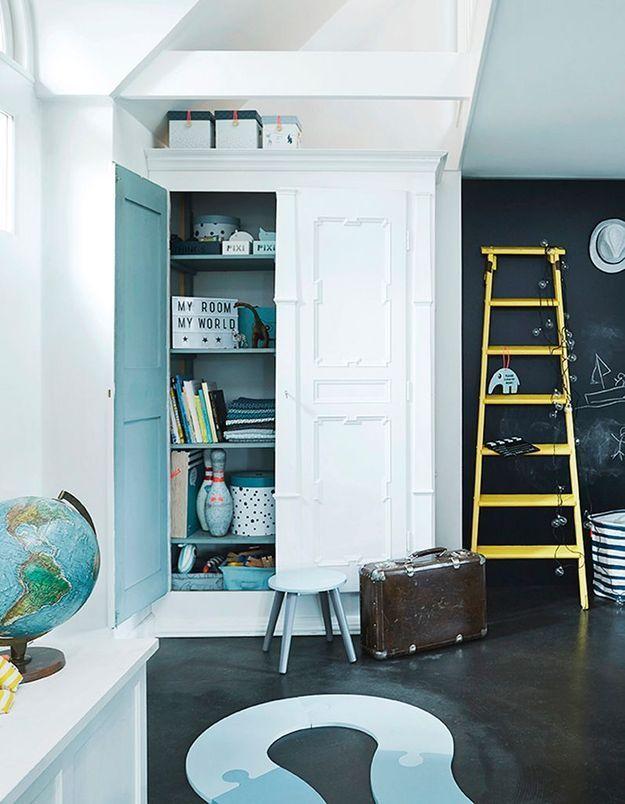 Peindre l'intérieur des placards en couleur pour apporter de la fantaisie