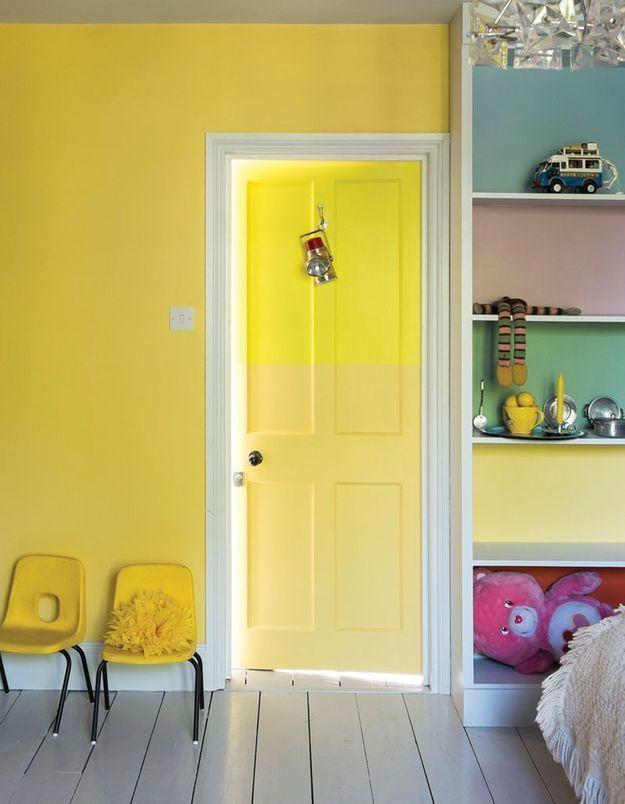 Peindre une porte en couleur pour donner une touche déco