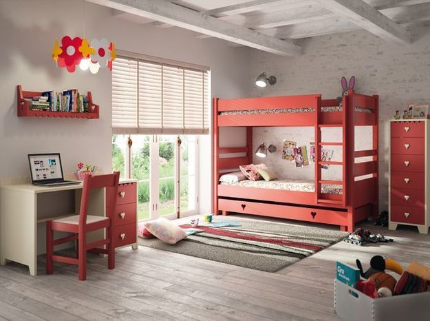 Un lit mezzanine rouge