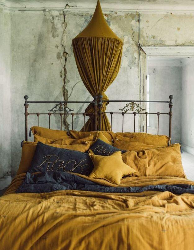 On craque pour le ciel de lit pour créer une chambre cosy
