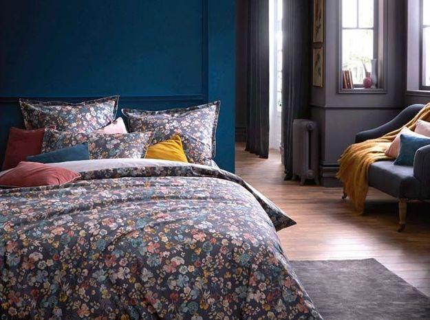 On donne une touche de couleur aux murs pour créer une chambre cosy