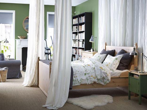 On isole le lit du reste de la pièce pour créer une chambre cosy