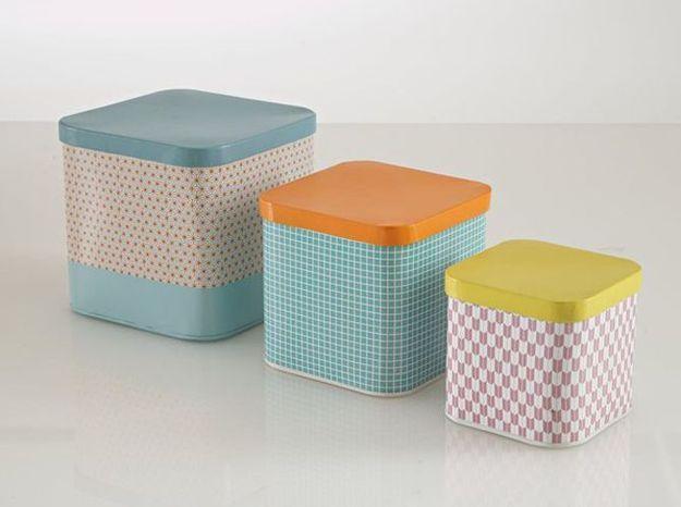 Des boîtes de rangement colorées pour une chambre de bébé vintage
