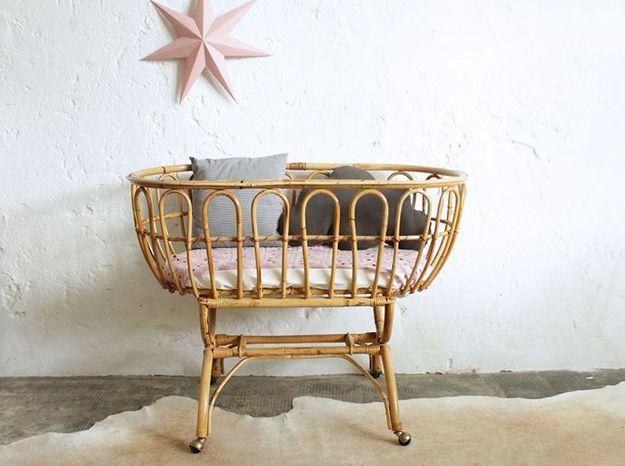 Un berceau en rotin pour une chambre de bébé vintage