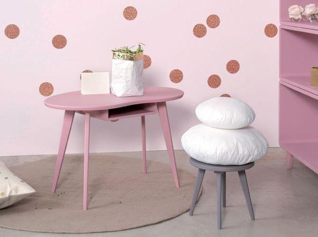 Une table d'appoint aux pieds compas pour une chambre de bébé vintage
