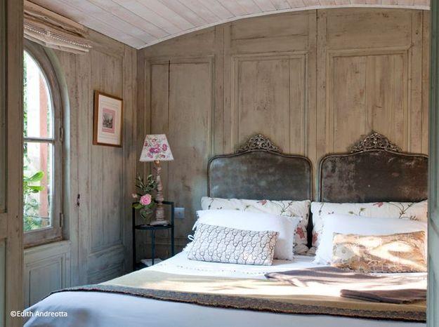 Chambre romantique murs bois