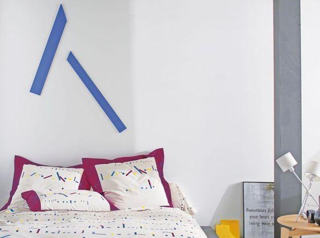Des bandes adhésives colorées au-dessus du lit
