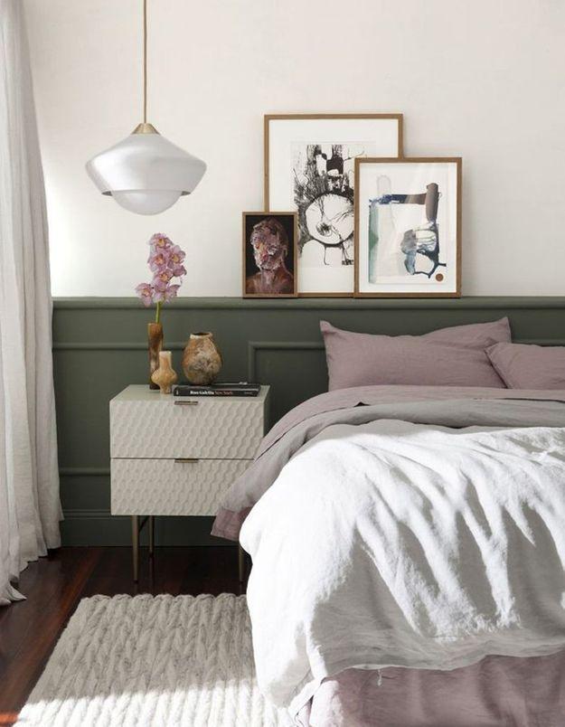 Des cadres accumulés au-dessus du lit