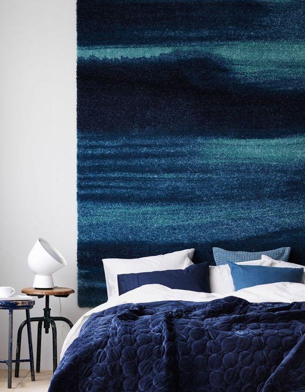 Un grand tapis au-dessus du lit