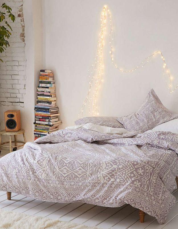 Une guirlande lumineuse au-dessus du lit