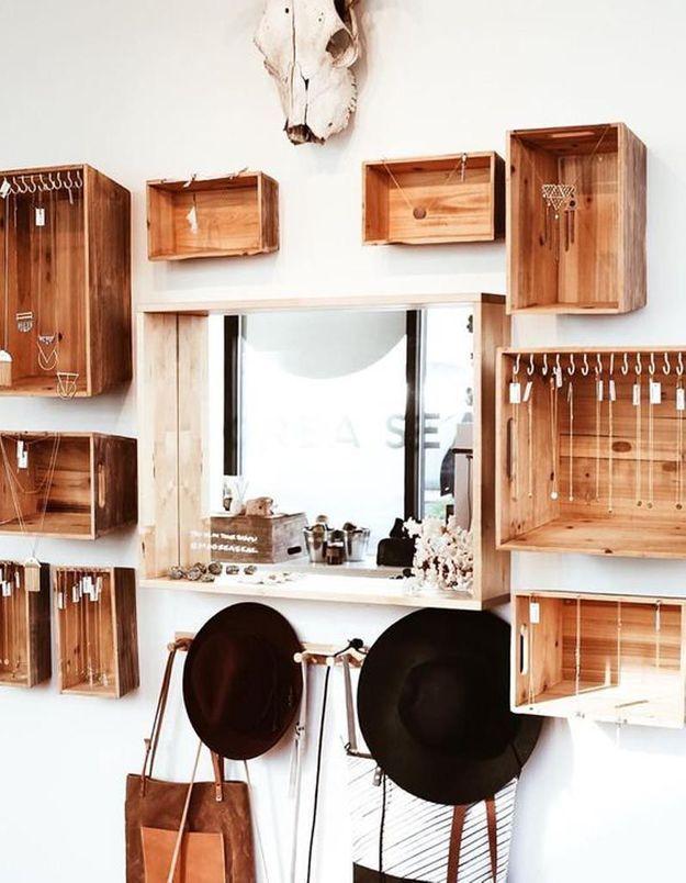Un dressing ouvert réalisé avec des caisses en bois