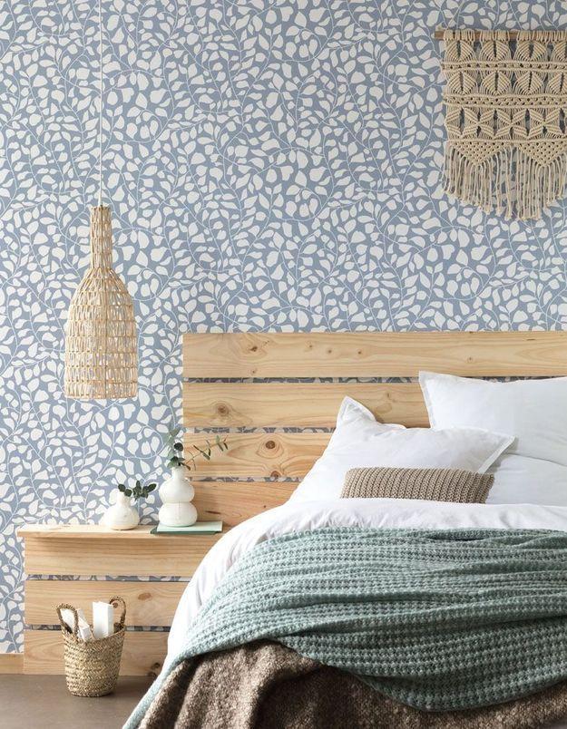 Bricolez une tête de lit graphique et pratique via des planches en bois pour la chambre