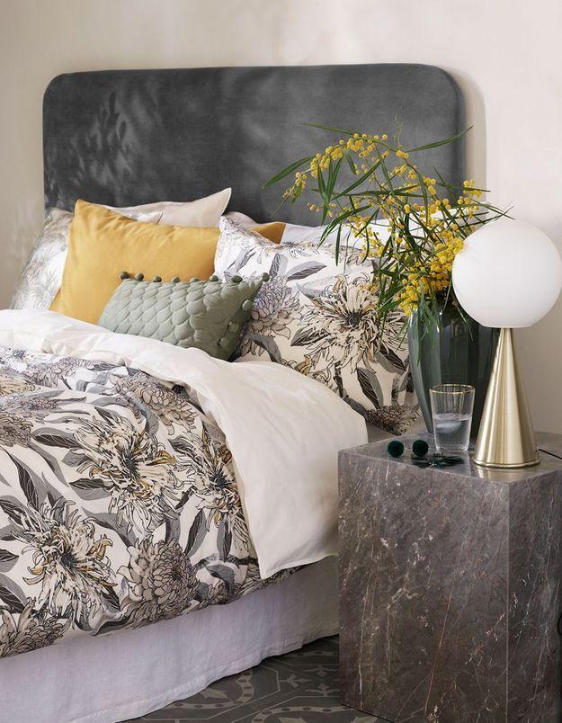 Mixez matières froides (marbre) et chaude (velours) dans la chambre