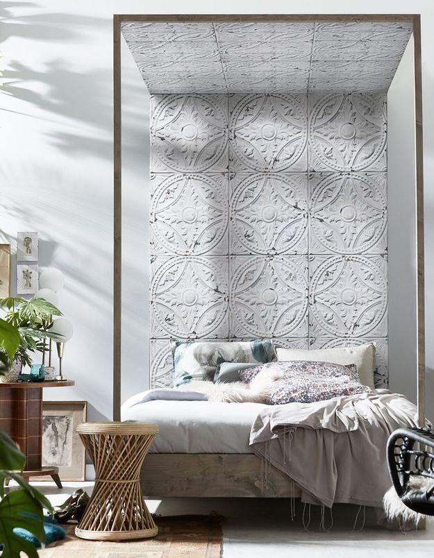 Pensez aux lés de papiers peints pour créer une tête de lit dans la chambre