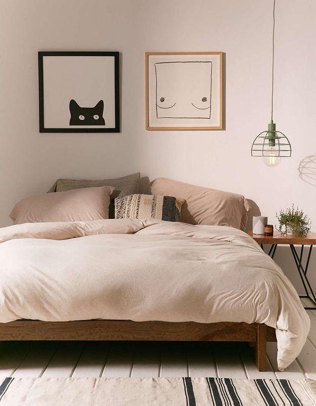 L'idée à retenir : fixer des tableaux au-dessus du lit