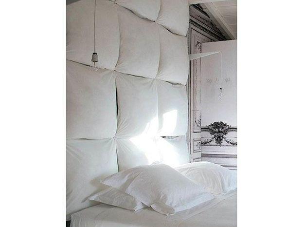 Des coussins en guise de tête de lit
