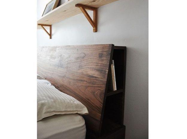Des étagères en guise de tête de lit