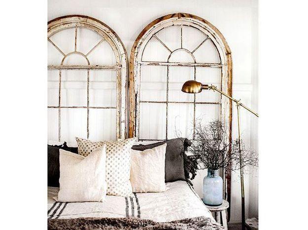 Des fenêtres récupérées en guise de tête de lit