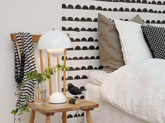 Des lés de papier peint en guise de tête de lit
