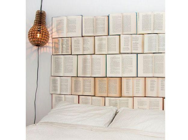 Des livres en guise de tête de lit