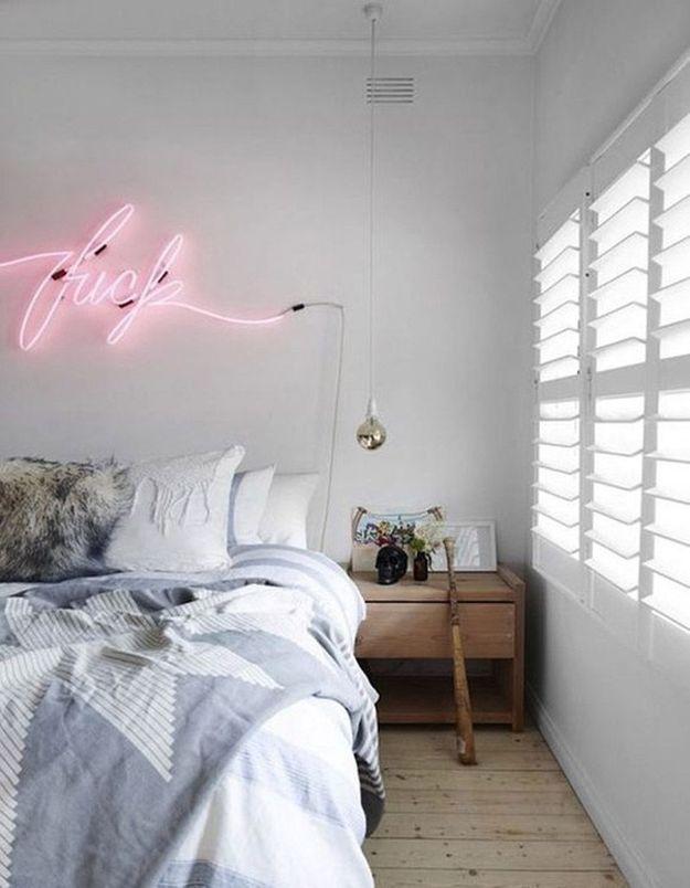 Un mot lumineux en guise de tête de lit