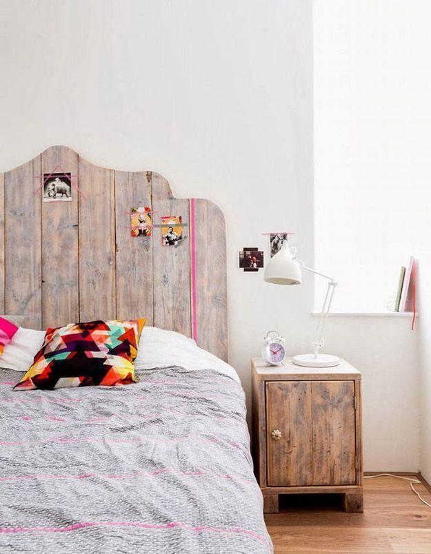 Une tête de lit composées de planches en bois