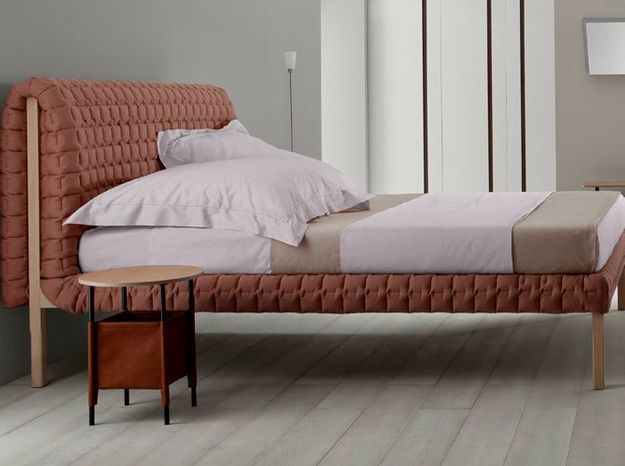Une tête de lit féminine