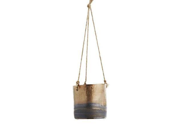 Un pot suspendu qui accueillera une plante retombante