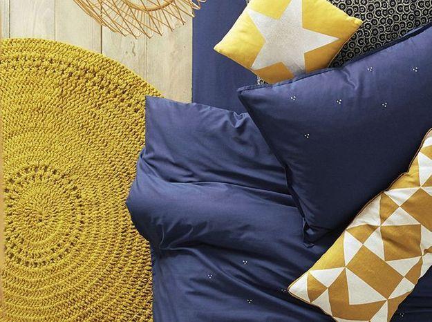 Un tapis jaune moutarde comme descente de lit