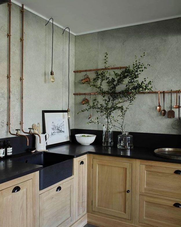 Une belle cuisine qui se joue de la robinetterie en cuivre